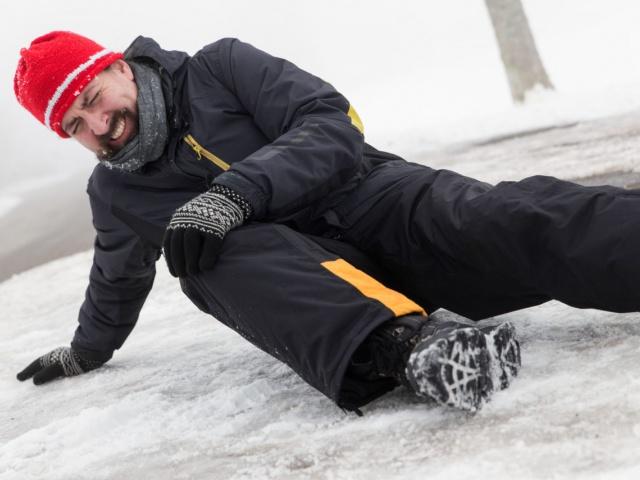 Как управляющую компанию заставить заплатить за травму, полученную от падения на льду