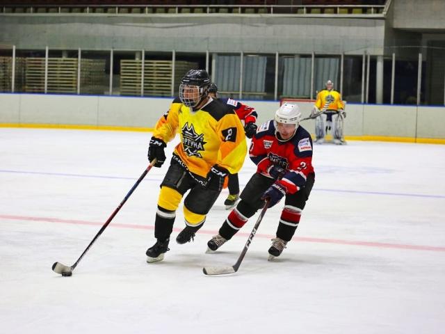 Новоуральск продолжает жить хоккейными баталиями